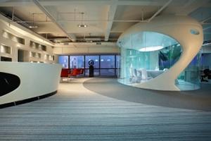 地标建筑群中的雕塑--信鸿投资总部办公室